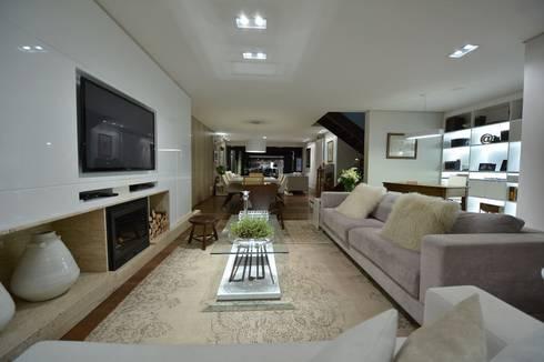 Estar leve e atemporal: Salas de estar rústicas por karen feldman arquitetos associados