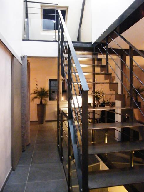 Photo de la maison après travaux : Escalier:  de style  par JA'AD