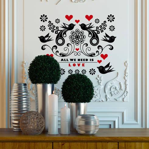 Vinilo decorativo All we need is love: Paredes y suelos de estilo moderno de Chispum