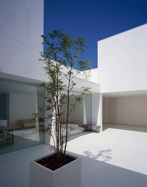White Cave House: 山本卓郎建築設計事務所が手掛けたベランダです。