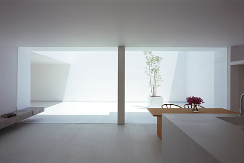 White Cave House: 山本卓郎建築設計事務所が手掛けたダイニングです。