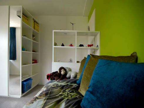 Bed met doorkijkkast: moderne Kinderkamer door Schindler interieurarchitecten