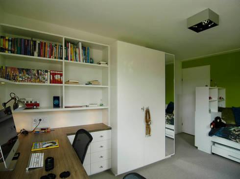 Boekekast en studeerhoek: moderne Kinderkamer door Schindler interieurarchitecten