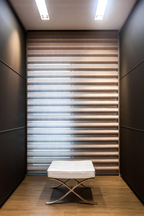 Closet sofisticado: Closets minimalistas por Barbara Dundes | ARQ + DESIGN