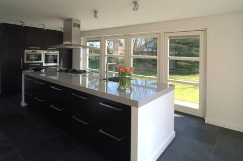 Moderne keuken: moderne Keuken door Schindler interieurarchitecten