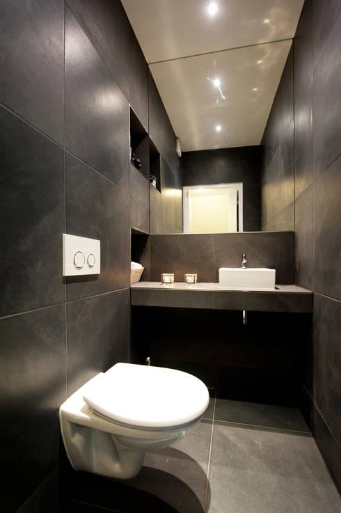 Interieur dubbele bovenwoning met vide: moderne Badkamer door Het Ontwerphuis