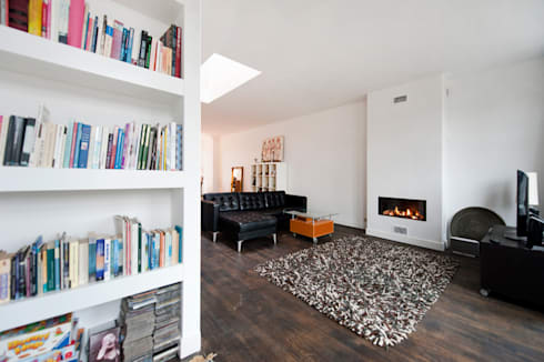Interieur dubbele bovenwoning met vide: minimalistische Woonkamer door Het Ontwerphuis