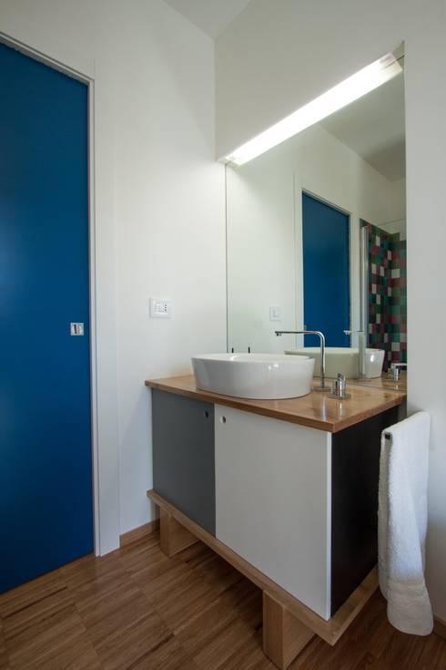 Casa BM: Bagno in stile in stile Moderno di ABC+ME Studio di Architettura