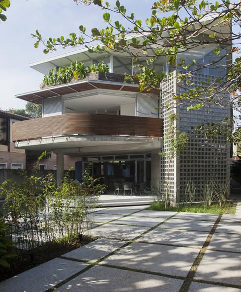 Casa Baleião: Casas ecléticas por Gustavo Calazans Arquitetura