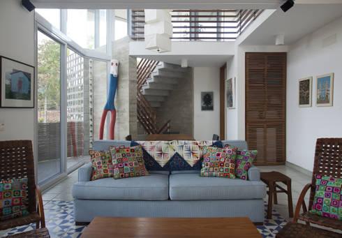 Casa Baleião: Salas de estar ecléticas por Gustavo Calazans Arquitetura