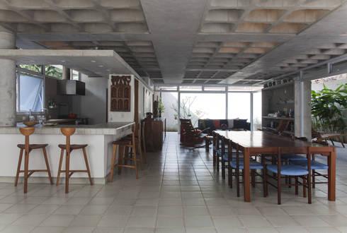 Casa Baleião: Salas de jantar ecléticas por Gustavo Calazans Arquitetura