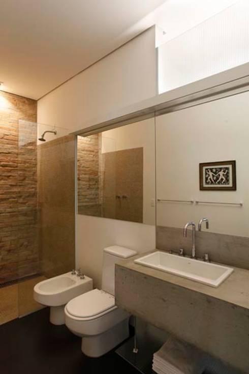 Retrofit Residência Higienópolis 1: Banheiros minimalistas por Gustavo Calazans Arquitetura