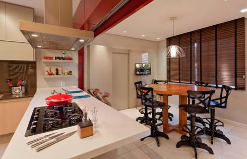 RESIDÊNCIA SERRANOS: Salas de jantar modernas por Isabela Bethônico Arquitetura