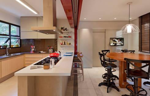 RESIDÊNCIA SERRANOS: Cozinhas modernas por Isabela Bethônico Arquitetura