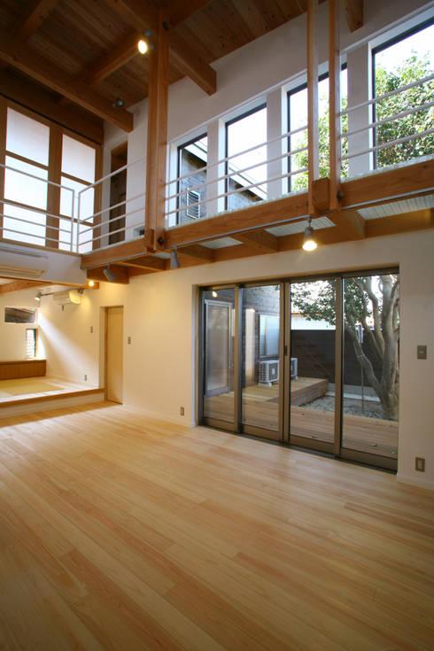 中庭を臨むリビング: 白根博紀建築設計事務所が手掛けたリビングです。