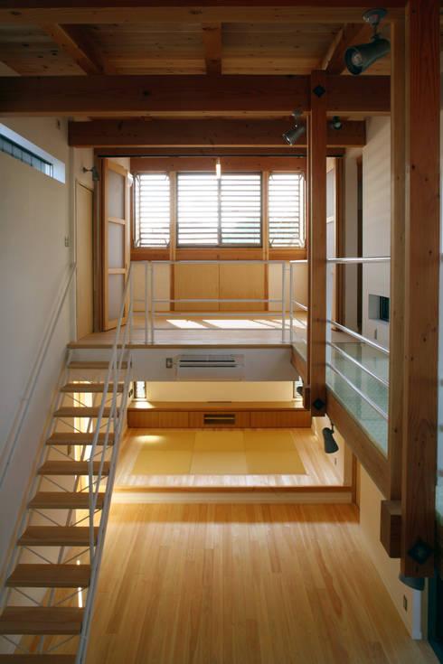階段: 白根博紀建築設計事務所が手掛けた廊下 & 玄関です。