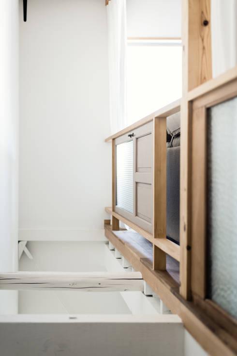 古屋の扉を再利用した手摺: coil松村一輝建設計事務所が手掛けた廊下 & 玄関です。