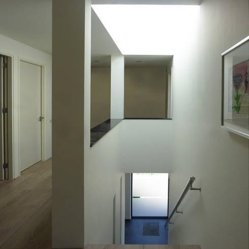 Woonhuis Landgraaf:  Gang en hal door SeC architecten