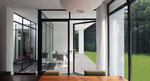 Aanbouw Sittard-Geleen.: minimalistische Eetkamer door SeC architecten