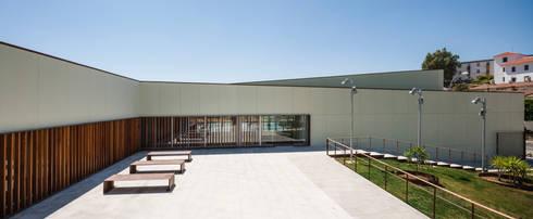 Piscina Cubierta Municipal en Constantina : Piscinas de estilo mediterráneo de Estudio de Arquitectura Suárez Corchete