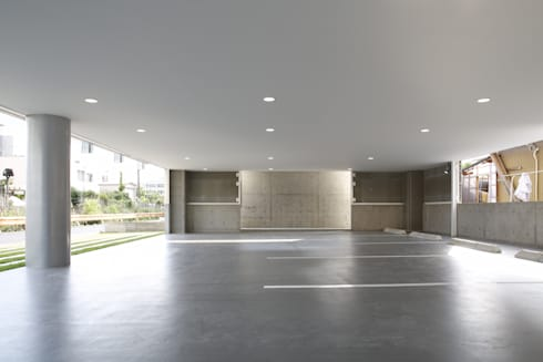 1F駐車場スペース: 白根博紀建築設計事務所が手掛けたオフィスビルです。