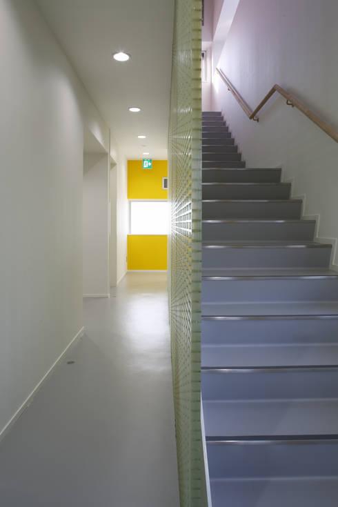 階段、廊下: 白根博紀建築設計事務所が手掛けたオフィスビルです。