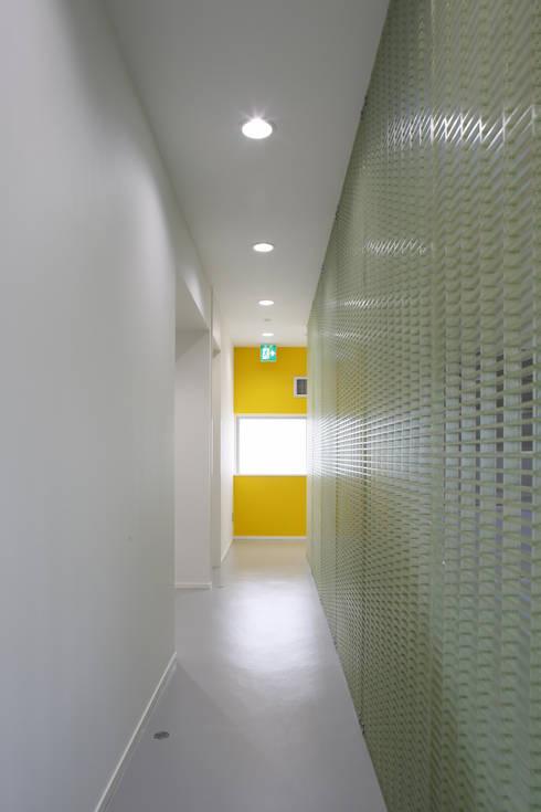 廊下: 白根博紀建築設計事務所が手掛けたオフィスビルです。