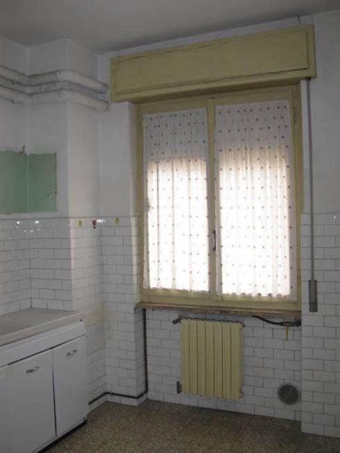 Ristrutturazione appartamento a Bergamo: Cucina in stile in stile Classico di ARKHISTUDIO