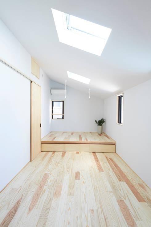寝室: 一級建築士事務所co-designstudioが手掛けた寝室です。