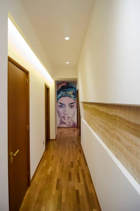 Relooking intenso al profumo di onice.: Ingresso & Corridoio in stile  di Gruppo Cactus