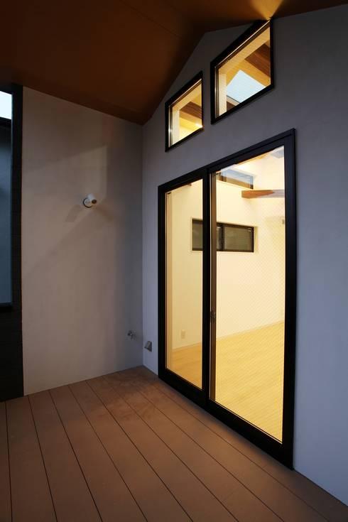 品川の住処: 株式会社ハウジングアーキテクト建築設計事務所が手掛けたベランダです。