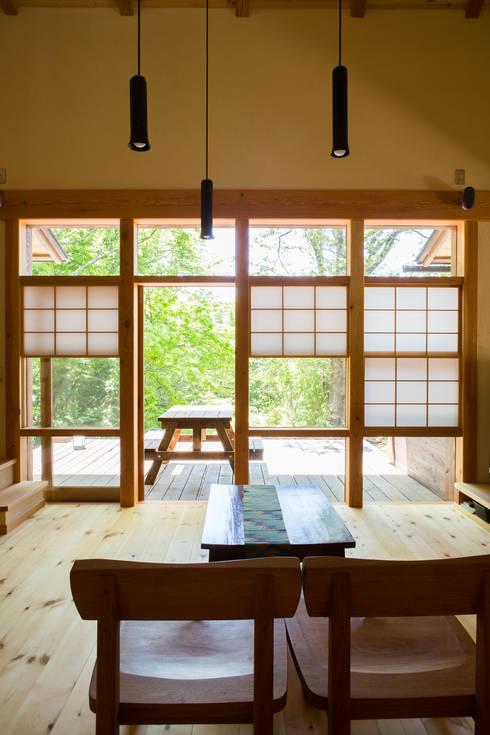 Salas / recibidores de estilo  por 有限会社中村建築事務所