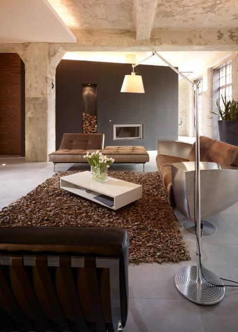 Loft mit Garten:  Wohnzimmer von Eilmann Architekturbüro