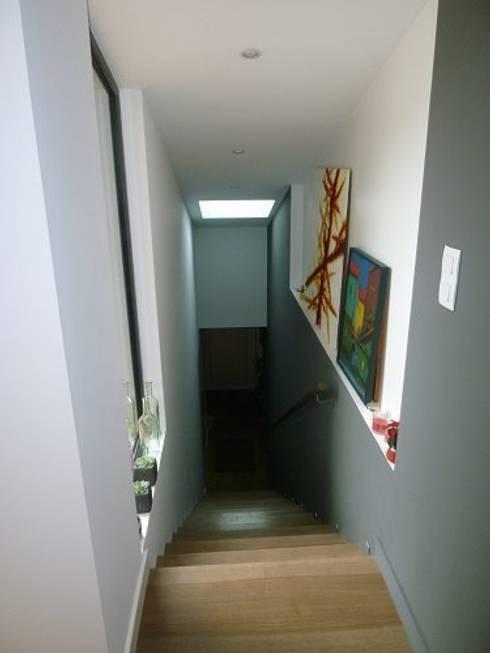 Rénovation Maison B: Couloir et hall d'entrée de style  par FARACHE CLAUDE