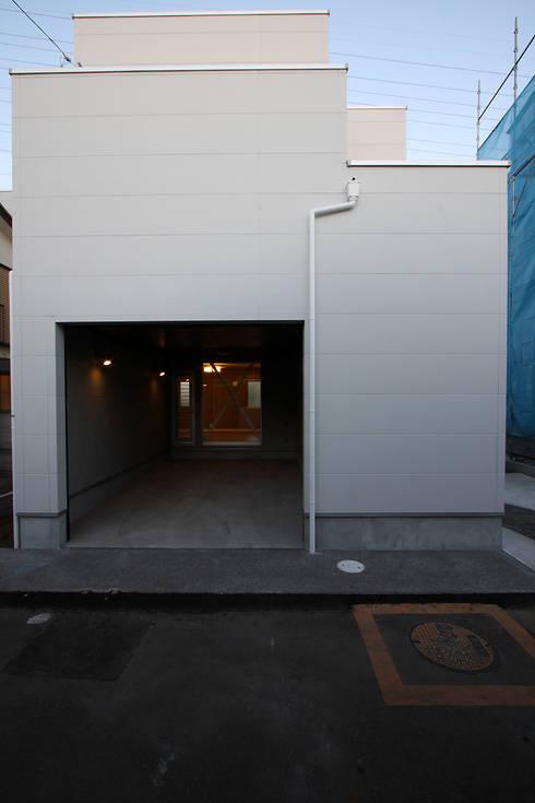 ガレージハウス: 株式会社ハウジングアーキテクト建築設計事務所が手掛けたガレージです。