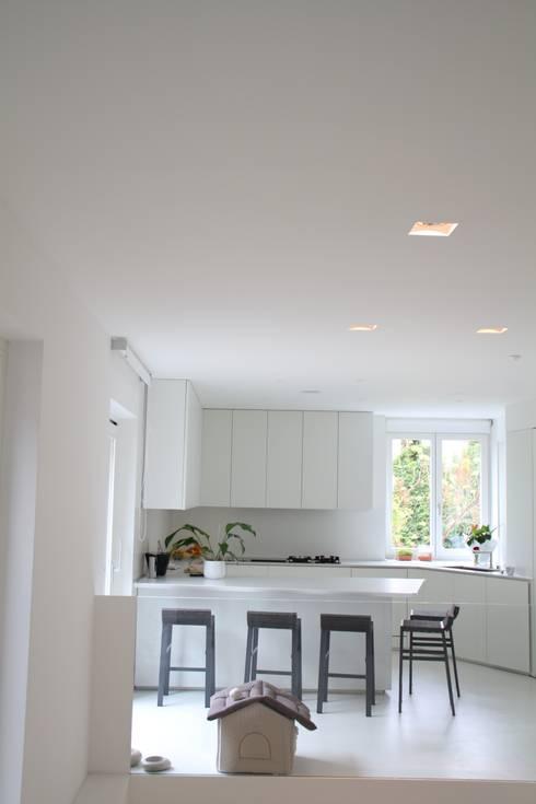 cucina total white: Cucina in stile in stile Minimalista di Serenella Pari design