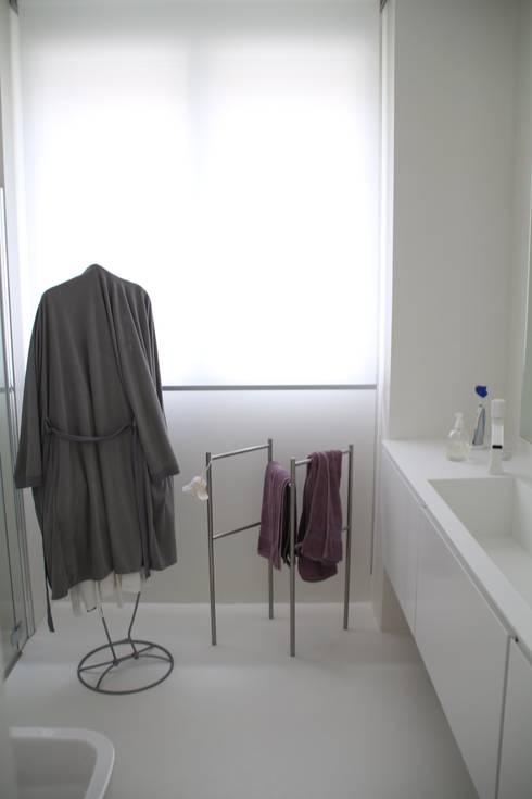 bagno: Bagno in stile in stile Minimalista di Serenella Pari design
