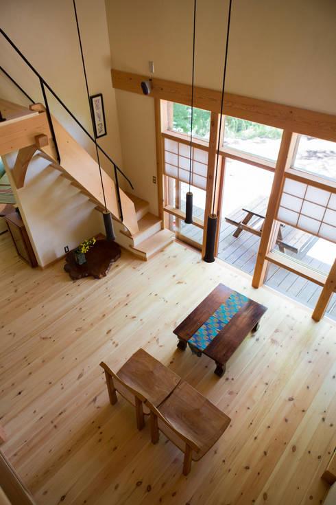 大泉の舎‐吹き抜けのリビングルーム: 有限会社中村建築事務所が手掛けたリビングです。