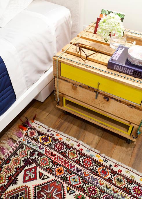 Dormitorios de estilo moderno por Flávia Gerab