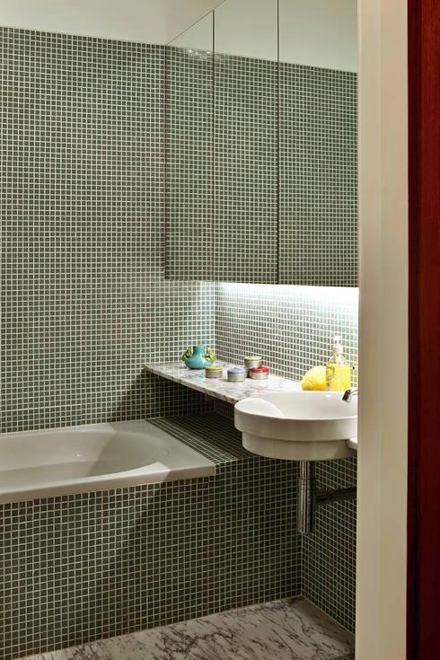 Baños de estilo ecléctico de Tiago Patricio Rodrigues, Arquitectura e Interiores