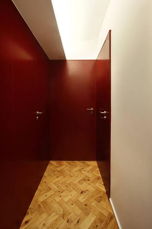 Duplex Olivais _ Reabilitação Arquitetura: Corredores e halls de entrada  por Tiago Patricio Rodrigues, Arquitectura e Interiores