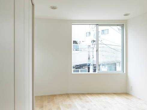 下馬のハウス: 齋藤和哉建築設計事務所が手掛けた寝室です。