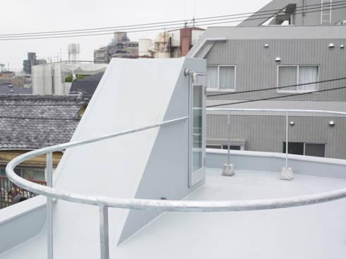 下馬のハウス: 齋藤和哉建築設計事務所が手掛けたベランダです。