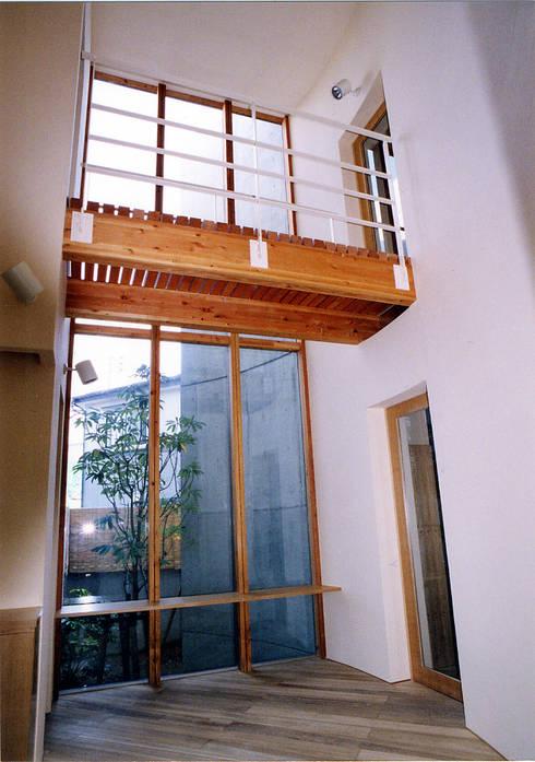 雁木のある家: たわら空間設計㈲が手掛けた廊下 & 玄関です。