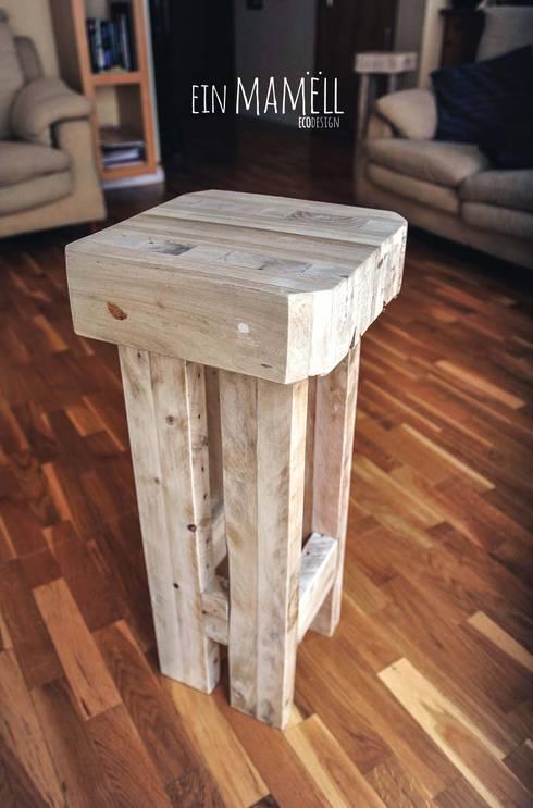 Taburetes en madera de palets.: Salones de estilo rústico de Ein Mamëll