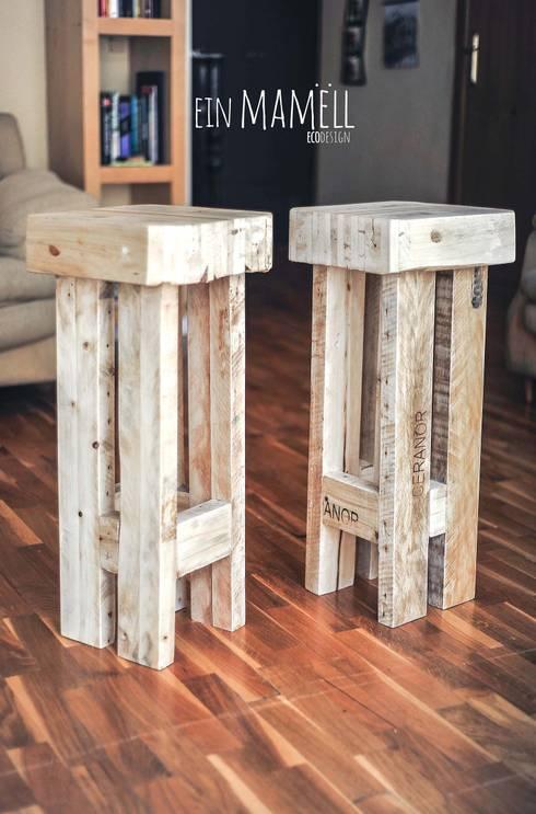 Taburetes en madera de palets.: Salones de estilo  de Ein Mamëll