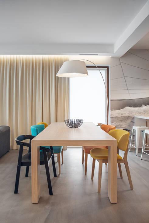 Dom w Gdyni 2015: styl , w kategorii Jadalnia zaprojektowany przez formativ. indywidualne projekty wnętrz