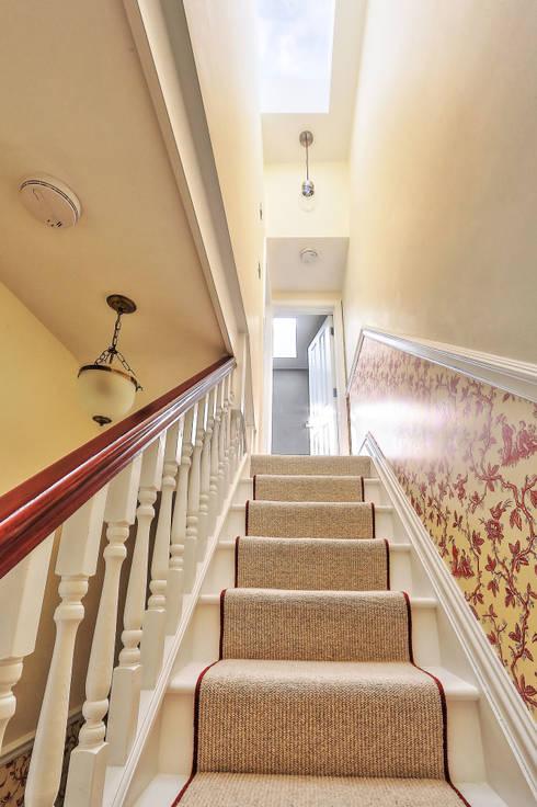 l-shaped loft conversion wimbledon:  Corridor & hallway by nuspace