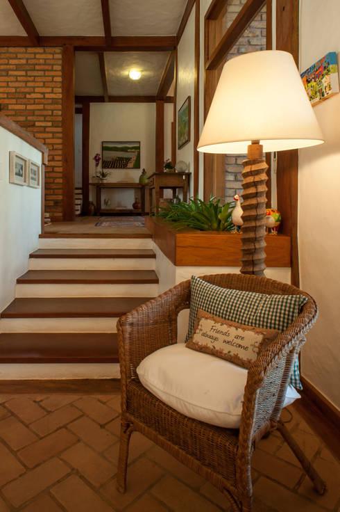 Pasillos y recibidores de estilo  por PM Arquitetura