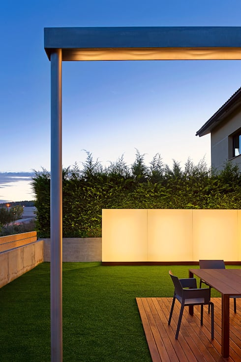 Casa GSX: Jardines de estilo moderno de Estudi Agustí Costa